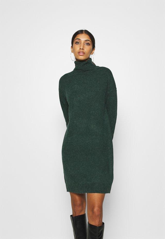 VMBRILLIANT ROLLNECK DRESS - Strikket kjole - pine grove melange