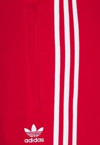 adidas Originals - STRIPES PANT UNISEX - Pantalon de survêtement - scarle - 2