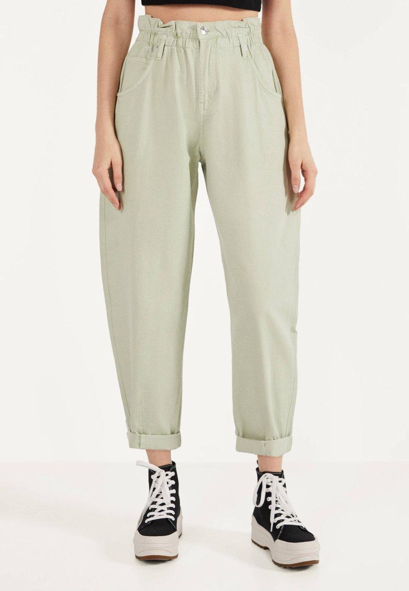 Bershka - MIT STRETCHBUND  - Trousers - green