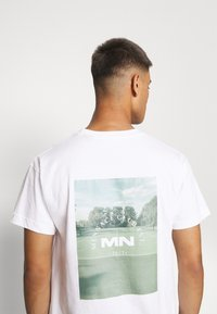 Mennace - CLUB TENNIS COURT UNISEX - Print T-shirt - white - 5