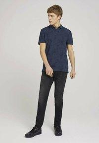 TOM TAILOR DENIM - Polo shirt - navy blue thistle print - 1