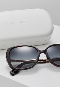 Marc Jacobs - Sonnenbrille - mottled dark brown - 3