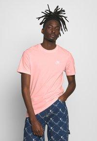 Nike Sportswear - CLUB TEE - T-shirt - bas - washed coral - 0