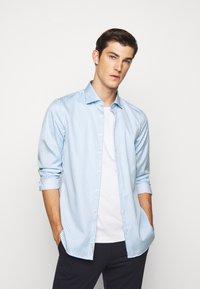 Michael Kors - BOLD STRIPE EASY CARE SLIM - Shirt - light blue - 0