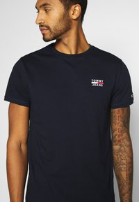 Tommy Jeans - CHEST LOGO TEE - T-shirt con stampa - twilight navy - 5