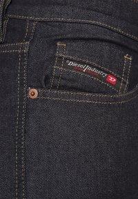 Diesel - D-STRUKT - Jeans Tapered Fit - rinsend denim - 4