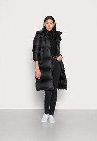 Calvin Klein Jeans - SHINY LONG PUFFER - Kabát zprachového peří - black - 1