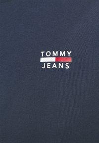 Tommy Jeans - CHEST LOGO TEE - T-shirt z nadrukiem - twilight navy - 4