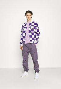 YAVI ARCHIE - RANDOM LOGO - Print T-shirt - lavender - 1