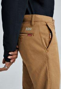 Levi's® - XX CHINO STD II - Spodnie materiałowe - desert boots shady - 4