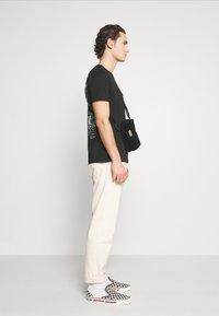 YOURTURN - T-shirt med print - black - 3