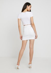 Pieces - PCAIA SKIRT  - Farkkuhame - bright white - 2