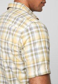 s.Oliver - REGULAR MANCHES COURTES ET MOTIF À CARREAUX - Shirt - yellow check - 2