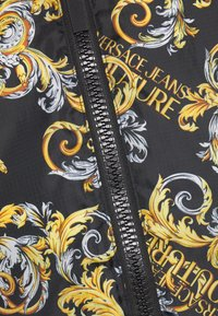Versace Jeans Couture - RISTOP PRINTED LOGO BAROQUE - Down jacket - nero - 3