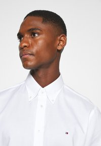 Tommy Hilfiger Tailored - OXFORD BUTTON DOWN SLIM SHIRT - Formal shirt - white - 3