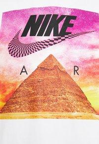 Nike Sportswear - TEE FESTIVAL PHOTO - T-shirt med print - white - 5