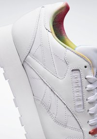 Reebok Classic - CLASSIC LEATHER PRIDE SHOES - Trainers - white - 7