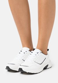 Rubi Shoes by Cotton On Wide Fit - WIDE FIT BLAKE DAD TRAINER - Baskets basses - white/black - 0