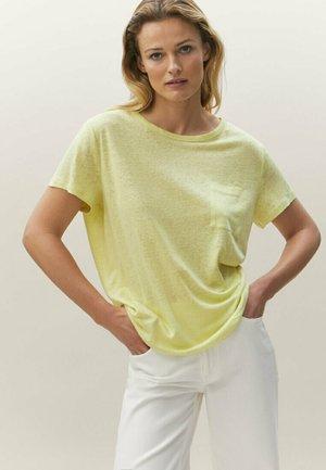 MIT TASCHE  - Basic T-shirt - yellow