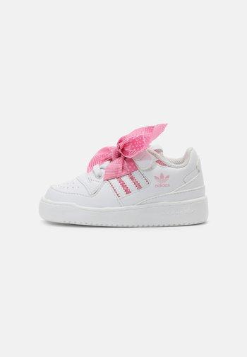 FORUM UNISEX - Zapatillas - white/light pink