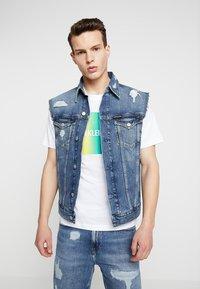Calvin Klein Jeans - FOUNDATION TRUCKER VEST PRIDE - Waistcoat - painters blue - 0