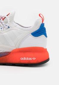 adidas Originals - ZX 2K BOOST UNISEX - Sneakers basse - footwear white/solar red/blue - 7