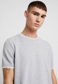 Topman - TEXT CREW - T-shirt - bas - light grey - 3