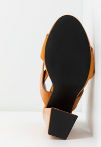 co wren wide fit - Sandaler med høye hæler - mustard - 6
