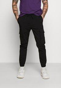 Jack & Jones - JJIGORDON JJFLAKE PANT - Pantalon cargo - black - 0