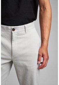 Anerkjendt - Trousers - glacier gray - 3