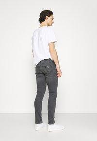 Wrangler - LARSTON - Jeans slim fit - husky black - 2