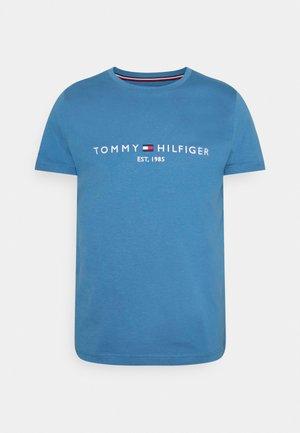 LOGO TEE - T-shirt con stampa - dusty indigo