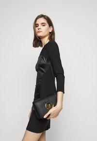 Elisabetta Franchi - BUTTON LOGO CHAIN SHOULDER BAG - Handbag - nero - 1