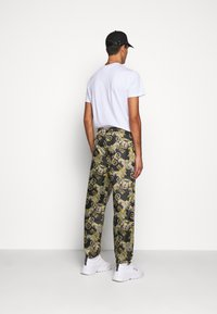 Versace Jeans Couture - RISTOP LOGO BAROQUE - Pantaloni sportivi - nero - 0