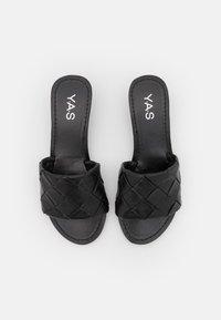 YAS - YASBRANDI WEDGE - Sandály s odděleným palcem - black - 5