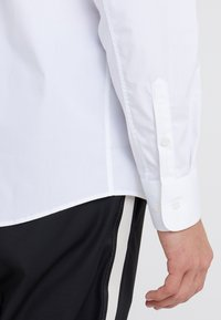 Filippa K - JAMES STRETCH SHIRT - Finskjorte - white - 3