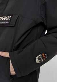 PULL&BEAR - MIT BAUCHTASCHE UND PATCH IM KONTRAST 05713349 - Light jacket - black - 4