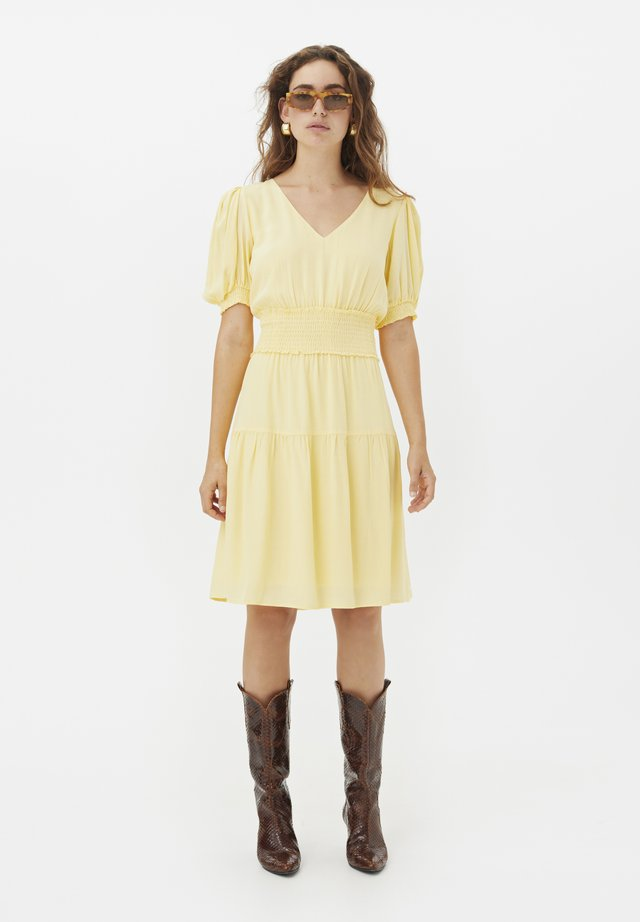Korte jurk - golden haze