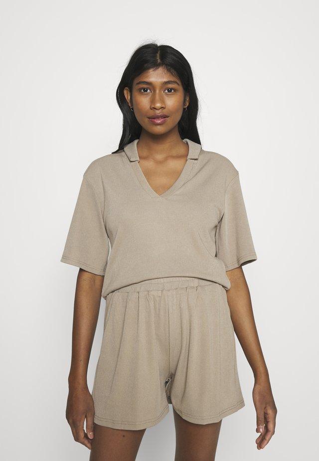 CORA - T-shirts med print - beige
