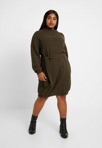 Glamorous Curve - BELTED DRESS - Jumper dress - coffee - 0