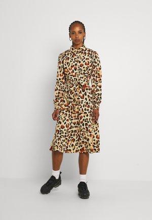 PCFALISHI MIDI SHIRT DRESS - Shirt dress - pebble