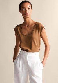 Massimo Dutti - Basic T-shirt - brown - 0