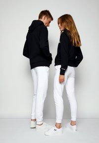 Calvin Klein - REFLECTIVE CHEST STRIPE HOODIE UNISEX - Sweatshirt - black - 2