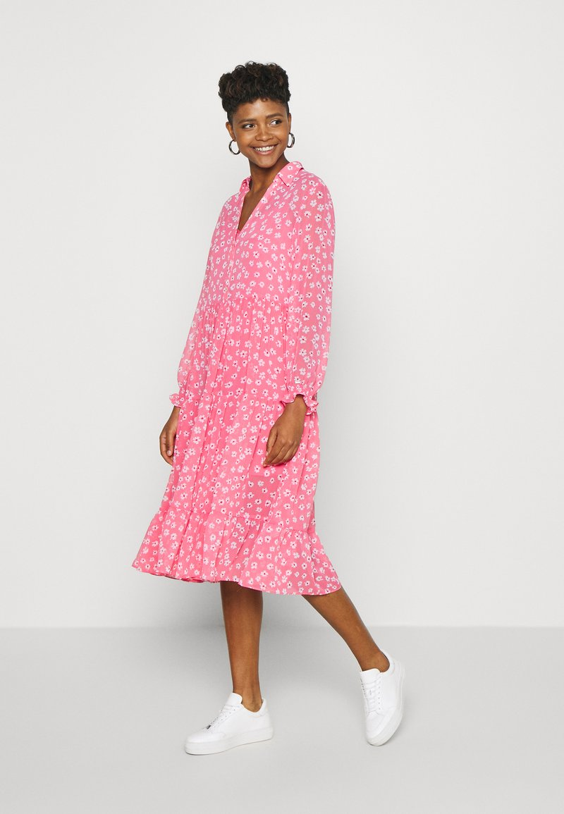 Tommy Jeans - FLORAL MIDI SHIRT DRESS - Sukienka letnia - floral/glamour pink