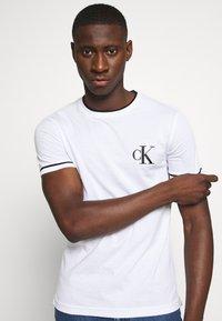 Calvin Klein Jeans - TIPPING CK ESSENTIAL TEE - Print T-shirt - bright white - 3