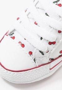 Converse - CHUCK TAYLOR ALL STAR CRIBSTER - Dětské boty - white/garnet - 2