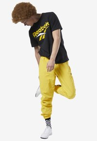 Reebok Classic - CLASSICS VECTOR TRACK PANTS - Tracksuit bottoms - toxic yellow - 1