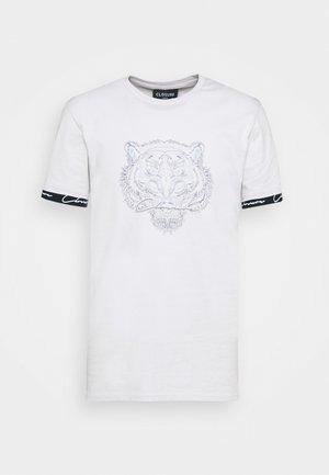 HIDDEN LOGOBAND FURY TEE - Print T-shirt - white