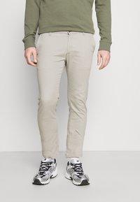 Pier One - Pantalones chinos - taupe - 0