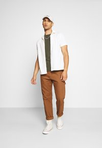 Calvin Klein - CHEST LOGO - Jednoduché triko - green - 1